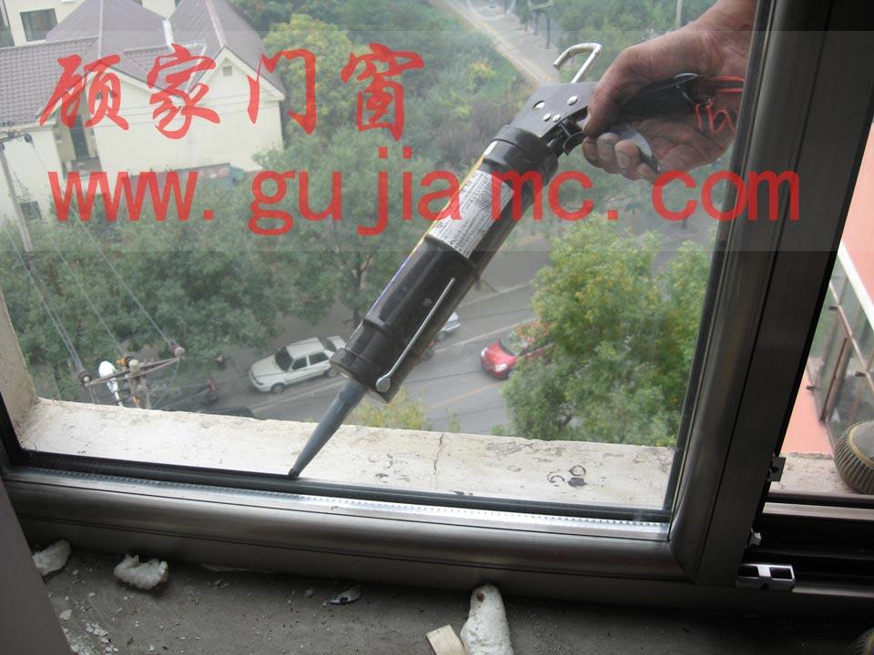 打玻璃胶的技巧图片_北京封阳台,做阳光房,塑钢门窗,断桥铝门窗-【顾家门窗】欢迎你!